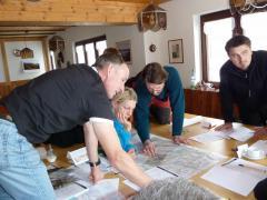 Kursteilnehmer arbeiten mit Karten